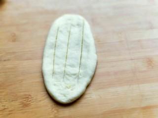 最爱面包+椰蓉面包,用锋利的刀划几道口子。(需要划穿)