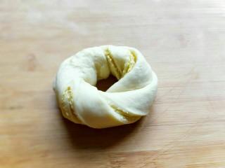 最爱面包+椰蓉面包,再两头捏紧,如图,依次做完。(一定要捏紧,避免烘烤时散开。)