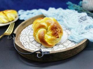 最爱面包+椰蓉面包,戴上手套取出烤盘,香味扑鼻,非常松软。