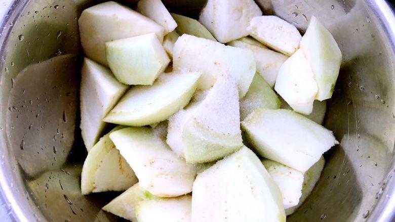 正宗烧茄子,往茄子块中放一小勺盐拌匀,然后腌十分钟。