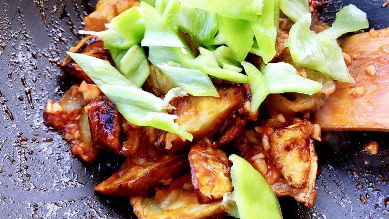 正宗烧茄子,将青辣椒放入锅中煸炒匀均。