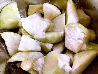 正宗烧茄子,茄子中腌出来的多余水份,然后撒上适量的玉米淀粉