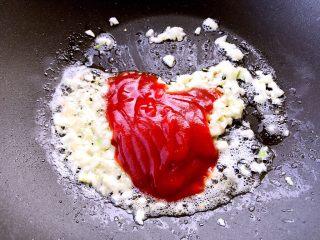 正宗烧茄子,再倒入番茄酱翻炒片刻