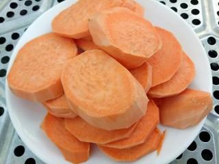 米粉薯丸,锅里水开放入番薯块蒸熟