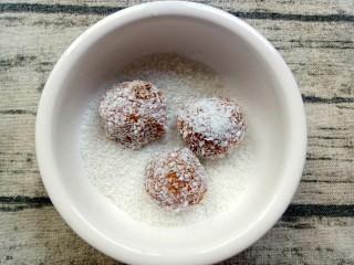 米粉薯丸,将有机米粉拆出来装碗,薯丸放进去均匀裹上