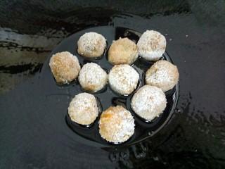 米粉薯丸,锅里放点油,油热转温火放入有机米粉薯丸煎至两面金黄