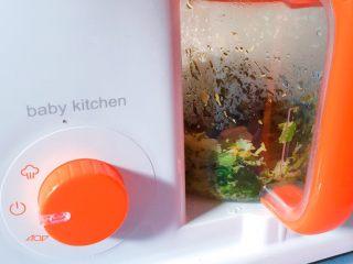 嬰兒造型輔食@@快樂的小魚 「9個月以上寶寶」,把西蘭花菠菜放在一起,然后用輔食機打碎,再然后就把胡蘿卜也打碎,分別盛出來備用。