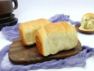 最爱面包+葡萄干小面包,戴上隔热手套,将模具取出,脱模。