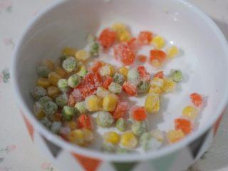 虾仁生姜粥,可以准备一些冷冻的玉米粒和豌豆粒