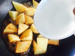 #糖醋菜#糖醋土豆,加入一碗热水