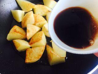 #糖醋菜#糖醋土豆,倒入调好的汤汁