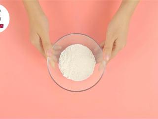 零失手烤箱虾扯蛋,将低筋面粉50g、玉米淀粉8g、泡打粉2g,混合过筛,加入清水85ml搅拌均匀至无颗状,静置半小时