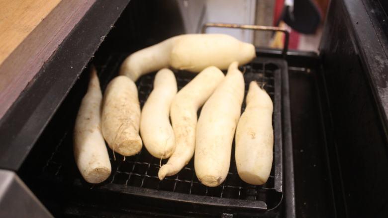 白萝卜浓汤,将萝卜放入烤箱,以75℃烤30分钟,去掉萝卜的涩味,烤出甜味。