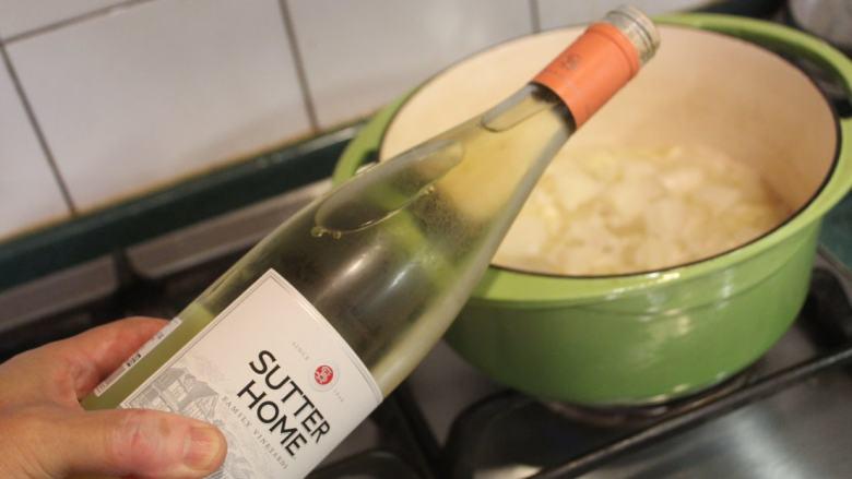 白萝卜浓汤,加入白酒,煮一下,煮掉酒气。