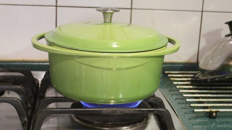 白萝卜浓汤,煮滚后转小火,炖煮30分钟,将萝卜煮软。