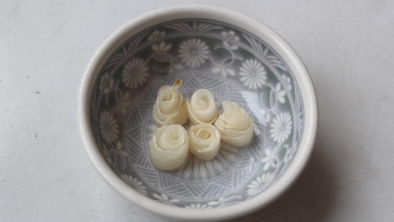 白萝卜浓汤,将烤好的萝卜片卷起,放在小碟,底部倒少许味醂浸着备用。烤过的萝卜片,耐嚼有甜味。