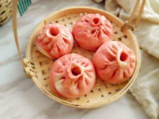 #最爱包子#粉红梦幻肉包,一出锅久吃了几个,还剩这么多,用来拍照了。