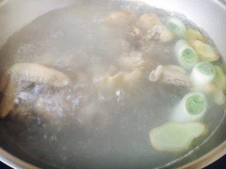 补气养阴 润肺止咳 竹荪鸡汤,大火煮开,改小火炖20分钟。