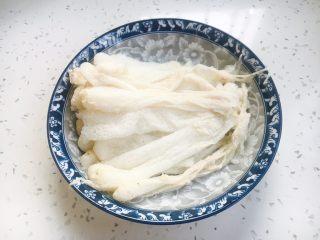 补气养阴 润肺止咳 竹荪鸡汤,把竹荪放在水里泡10分钟左右,泡软了以后把竹荪的菌菇头掐下去一点点,把尾部撕下去留作它用,沥干水分备用。
