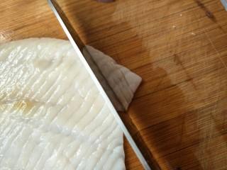 鲜虾鱿鱼面,再从左上角将刀垂直向下切,同样不要切到底,距离要匀称~