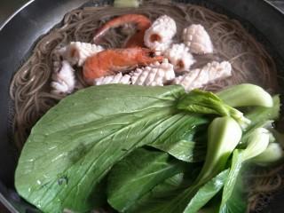 鲜虾鱿鱼面,至7分熟时加入油菜、鱿鱼和大虾一起煮~