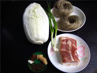 猪肉白菜炖粉条,备好食材:猪肉、白菜、粉条、小葱、老姜、八角、三奈、花椒;