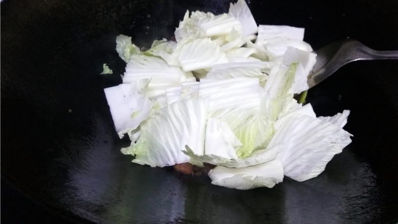 猪肉白菜炖粉条,放入白菜梆子;