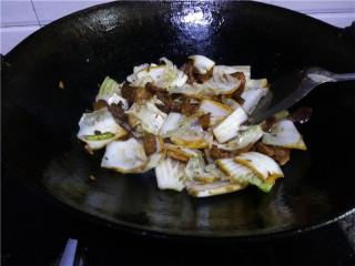猪肉白菜炖粉条,迅速翻炒均匀;
