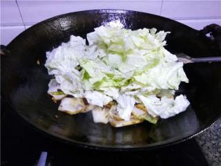 猪肉白菜炖粉条,放入白菜叶,继续翻炒;