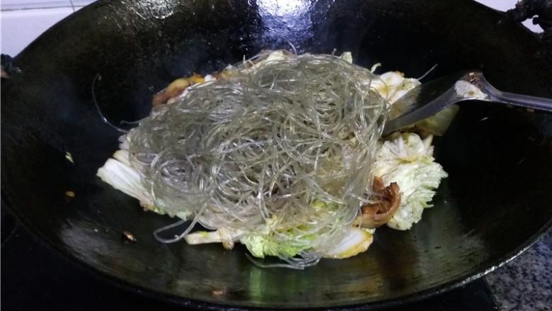猪肉白菜炖粉条,放入粉条;