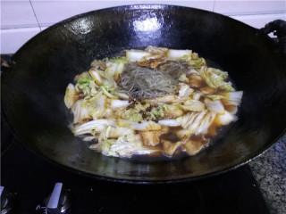 猪肉白菜炖粉条,倒入适量清水,调入花椒、八角、三奈,大火煮7-8分钟;