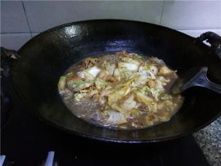猪肉白菜炖粉条,调入适量盐,翻炒均匀,关火,起锅。