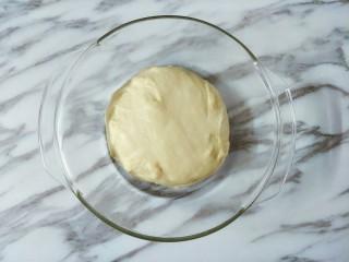 豆沙面包圈,滚圆放碗里,盖住保鲜膜发酵两倍大(一发温度28度左右)
