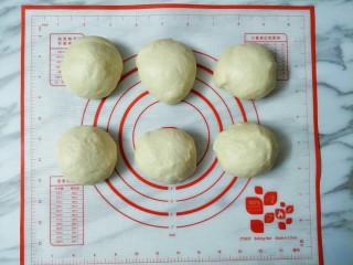 豆沙面包圈,取出按压排气,均分成六份滚圆松弛15分钟