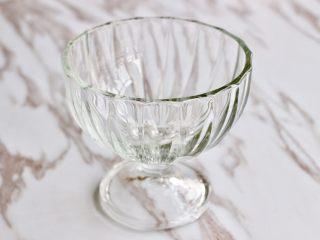奇亚籽水果燕麦杯,准备一个玻璃杯