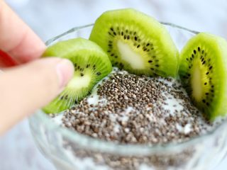 奇亚籽水果燕麦杯,插入猕猴桃