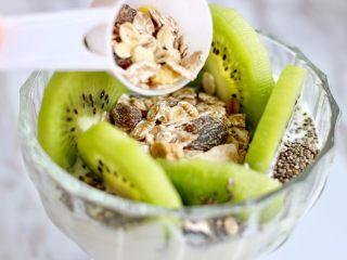 奇亚籽水果燕麦杯,猕猴桃中间放入燕麦