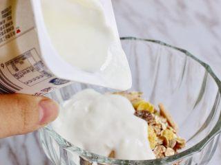 奇亚籽水果燕麦杯,倒入一盒或者两盒酸奶