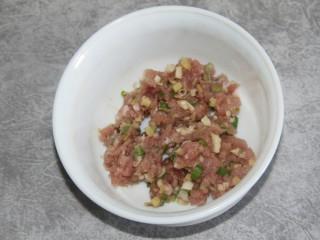 菠菜猪肉丸汤,搅拌均匀