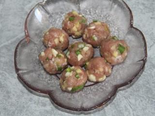 菠菜猪肉丸汤,团成丸子