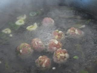 菠菜猪肉丸汤,大火烧开水,然后放入丸子