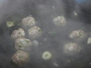 菠菜猪肉丸汤,把丸子煮到变色