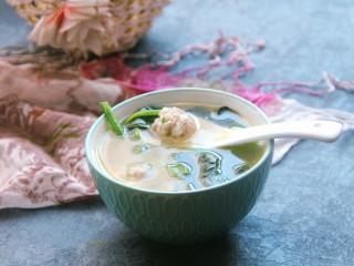菠菜猪肉丸汤,做好了,盛入碗中
