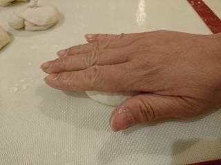 最爱面包+米製小面包,用手掌輕輕拍壓,排出空氣。