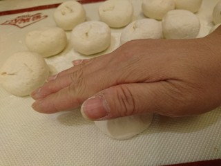 最爱面包+米製小面包,上下翻面,接口朝下,輕拍拍出空氣,跟之前一樣,應該很熟練了!
