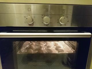 最爱面包+米製小面包,一樣放烤箱,開燈發酵,40分鐘!冬天的發酵比較麻煩,用烤箱效果真的很不錯!
