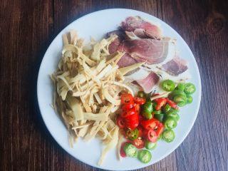 #懒人料理#家乡熏笋辣炒腊肉,熏笋提前用清水一下,青红椒切小圈,腊肉切薄片!