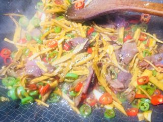 #懒人料理#家乡熏笋辣炒腊肉,然后加入鸡精调一下鲜味!或者换成鸡粉也可以,或者蚝油都行!