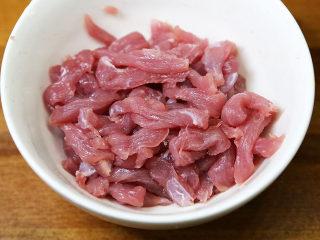 养生家常面,猪肉洗干净,切成条状