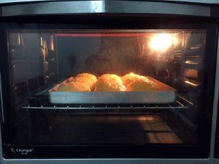最爱面包+椰蓉酱面包,放入预热好的烤箱,上火120度,下火150度,中层20分钟(上色满意加盖锡纸)